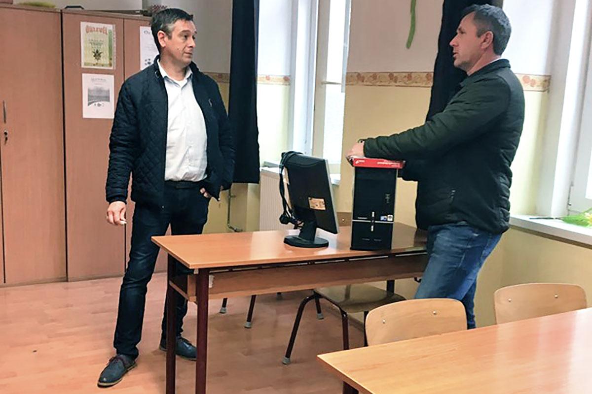 Gémes László Szegvárra is hozott számítógépeket