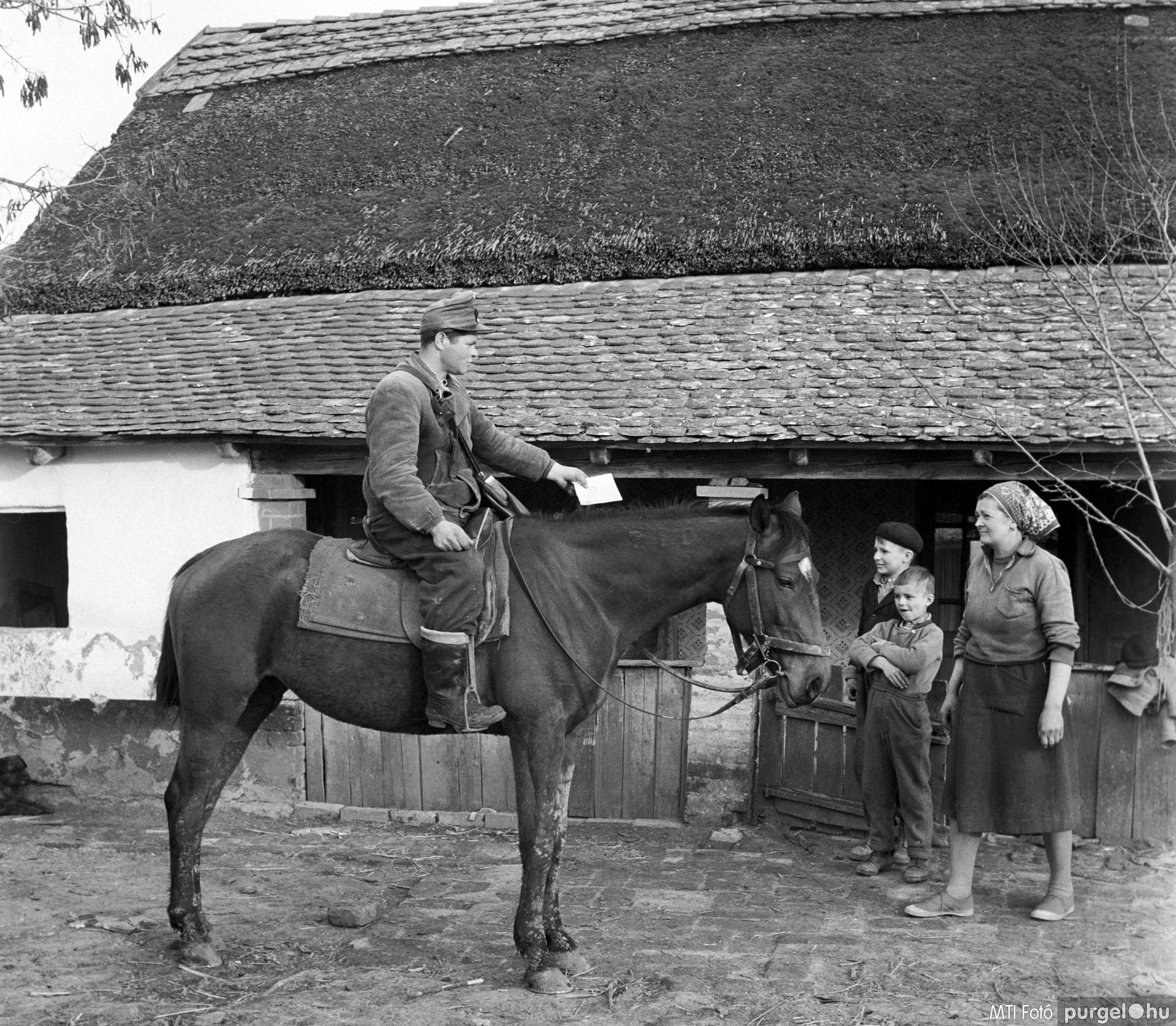 Lovas postás a tanyákon. Csongrád megye, 1962. április 9.